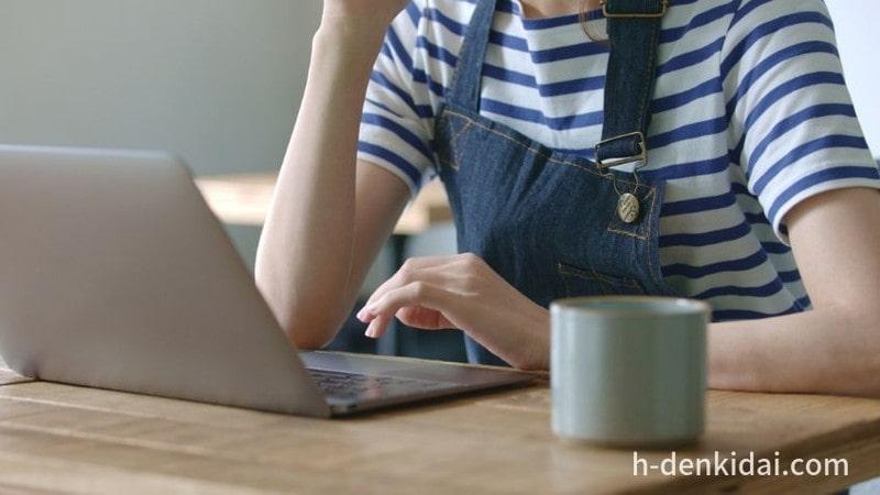 パソコンで調べ物をしている主婦のイメージ画像